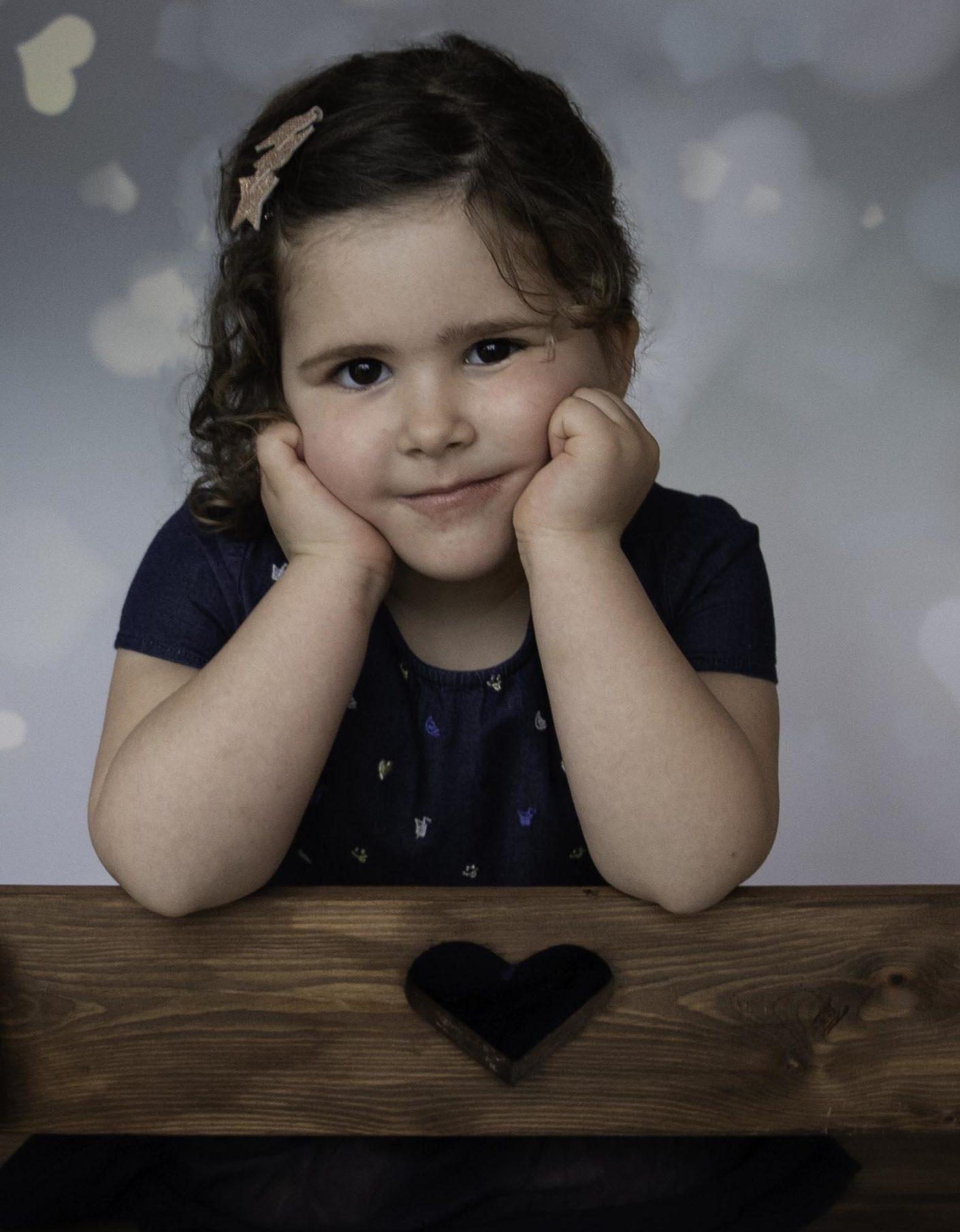 Petite fille sur un banc en portrait